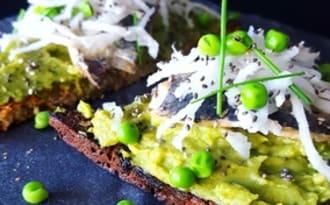 Tartine de guacamole aux petits pois, sardines et jeune navet