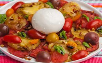Salade de tomates, pignons et burrata