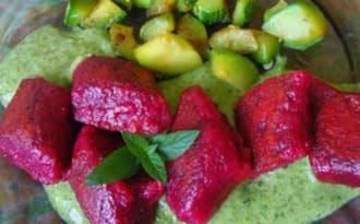 Gnocchi vegan de betterave et sauce à la menthe