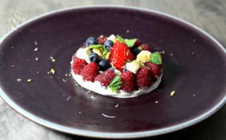 Fruits rouges, double crème de la Gruyère et meringue