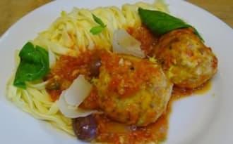 Boulettes ou polpettes de poulet, mozzarella, olives violettes et basilic