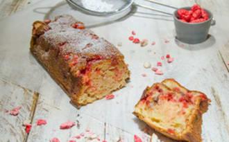 Gâteau moelleux aux pommes et aux pralines roses