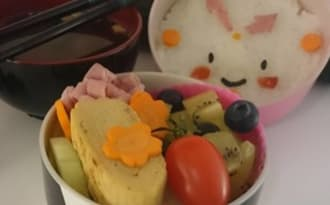 Bento horloge, tamagoyaki et salade de fruits