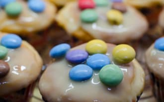 Muffins glaçage au chocolat blanc et aux Smarties