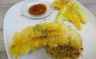 Filets de sébaste, courgette et poivron en beignets sur galette de nouilles chinoises sautées, sauce aigre douce