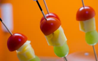 Brochettes de tomates cerises, de Comté et de raisin blanc