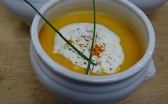 Velouté vitaminé potiron, patate douce et orange, crème fouettée ciboulette et poivre
