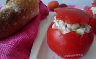 Tomates farcies au poulet fumé, concombre, radis et fromage frais