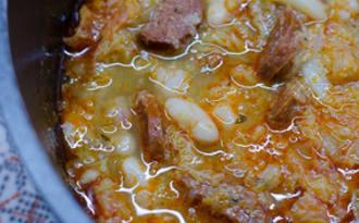 Soupe au chou frisé, aux haricots blancs et au chorizo