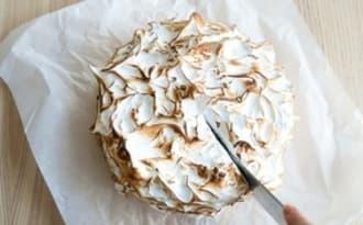 Le gâteau rhubarbe et meringue de Nigella Lawson