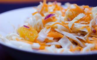Coleslaw à l'orange et à l'oignon rouge