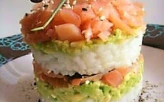 Sushi cake saumon fumé avocat riz