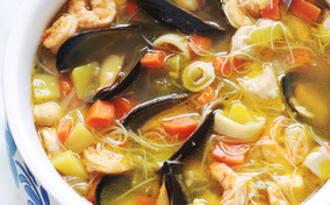 Soupe au poulet, fruits de mer et vermicelles