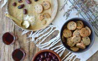 Biscuits apéritifs à l'épeautre, parmesan, olives et romarin