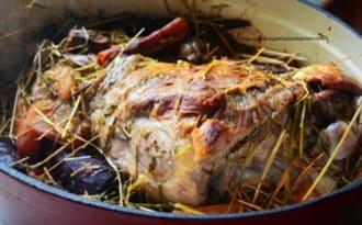 Gigot d'agneau de Pâques cuit au foin