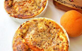 Petits clafoutis d'abricot amaretto, amande & sésame noir
