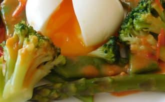 Salade tiède de légumes verts, oeuf mollet et vinaigrette de tomates