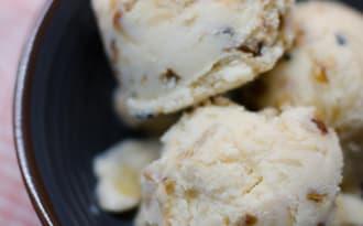 Crème glacée au miel et aux amandes caramélisées
