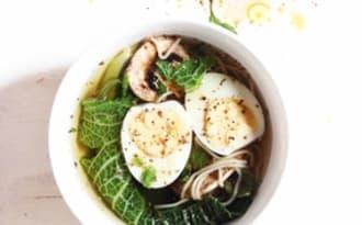 Soupe de nouilles, champignons, choux et oeuf