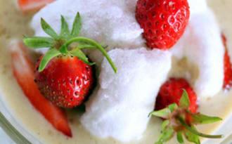 Crème anglaise végétale aux fraises façon ile flottante