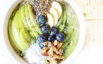 Green smoothie bowl banane, épinard et ananas