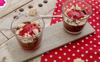 Verrines de mousse au chocolat, aux framboises, coulis de framboises et meringues