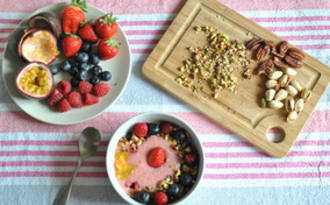 Smoothie bowl banane et fruits rouges