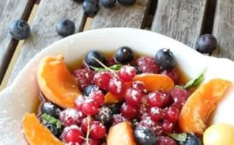 Salade de fruits d'été au thé glacé à la menthe