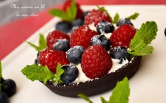 Tartelettes sablées chocolat noir aux framboises, myrtilles et menthe