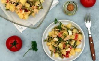 Salade de pommes de terre, haricots verts, thon, oeufs durs et tomates