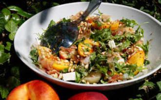 Salade de roquette, nectarine, speck, feta et pignons
