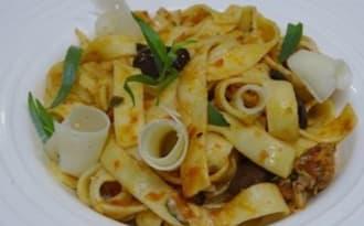 Tagliatelles aux saucisses, sauce tomate à l'estragon et aux olives de Kalamata
