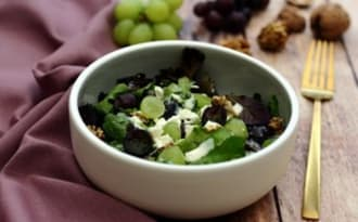 Salade aux raisins, feta, noix et sauce yaourt moutarde et miel