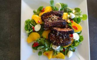 Salade aux pêches avec travers de porc aux 5 épices