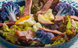 Salade de chou fleur violet, bacon et oeuf