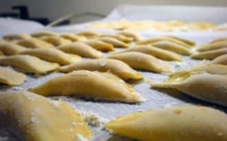 Ravioles au pâtisson, fromage de chèvre, noisettes et amandes grillées