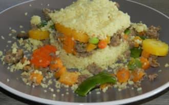 Timbale de couscous au haché de boeuf et ses légumes multicolores