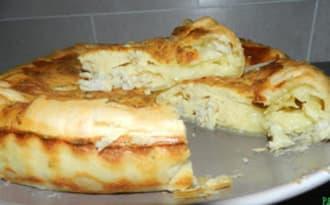 Gâteau à la pâte feuilletée fourrée au camembert