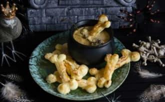 Soupe à l'oignon et feuilletés comté en forme d'os