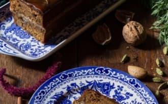 Notre cake aux carottes et aux épices, praliné de fruits secs et glaçage au caramel
