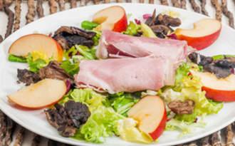 Salade de saison, jambon, coulemelles poêlées et pomme