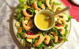 Salade mesclun, gambas, œufs de caille et fruits rouges