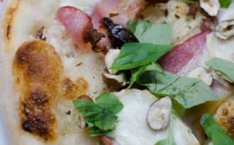 Pizza au bacon, aux pruneaux et aux noisettes