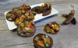 Mendiants de Noël aux amandes, noisettes, noix de cajou, fruits confits et orangettes au chocolat