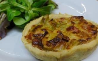 Tartelettes sablées aux poireaux, cubes de jambon et Comté