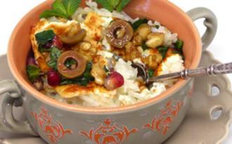 Riz à la menthe et à la feta, sauce à la grenade et aux olives