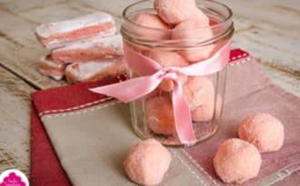 Truffes au chocolat blanc et poudre de biscuits roses