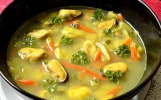 Soupe aux moules et petits légumes au curry
