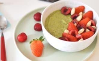 Smoothie bowl, kiwi, épinard, fruits rouges