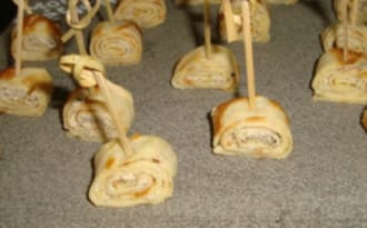 Mini crêpes roulées au fromage frais et à la tapenade